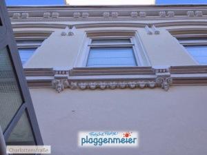 Zum Teil wurden beschädigte Profile wieder aufgebaut - jetzt sieht man davon an dieser Altbremer Fassade nichts mehr