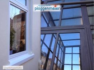 Nahansicht einer Fensterpartie und der Metallkonstruktion des Wintergartens