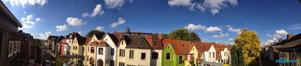 Perfekte Wärmedämmung ist geplant und vom Spitzendämmer ausgeführt. Blick vom Objekt am Hausbesichtigungstag.