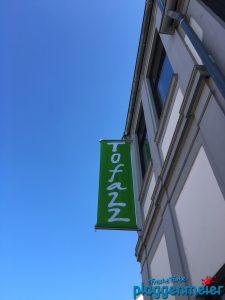 Mit diesem Logo als Fahne haben wir die Fassade verschönert: Tofazz Bio und Jazzladen in Hemelingen