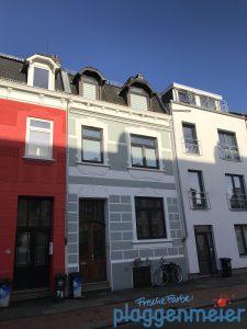 Fassade mit Fassadenprofil zum Schutz vor Schwalbenkot - Bremer Malerfachbetrieb: Fassadenspezialist