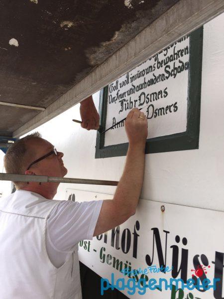 Unser Maler lieben die großen und die kleinen Herausforderungen - z.B. hier mit Fassaden Emblem Restaurierung
