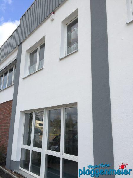 Für den Fachmann ist ein Firmengebäude mit Dämmung kein Problem - frische Farbe kommt von Plaggenmeier