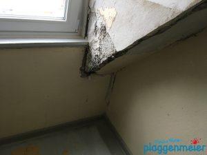 Achtung Feuchtigkeit: Der Maurerservice sorgt auch für die Trocknung und Dämmung im Erkerbereich bei der Renovierung eines Treppenhauses