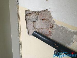 Hoppla: Fehlstelle bei der Renovierung eines Treppenhauses neu verputzt.