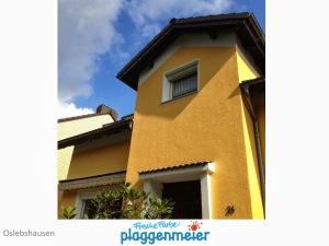 Farblich abgesetzter Dachüberstand bei einer Aussendämmung