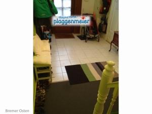 Die Fliesen bilden den Eingangsbereich mit Platz für alles, was schmutzig ist. Mit dem Teppich beginnt der Wohnbereich.