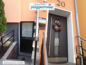 Angeschrägte Laibung in der Tür vergrößert optisch und liefert einen Portaleffekt.