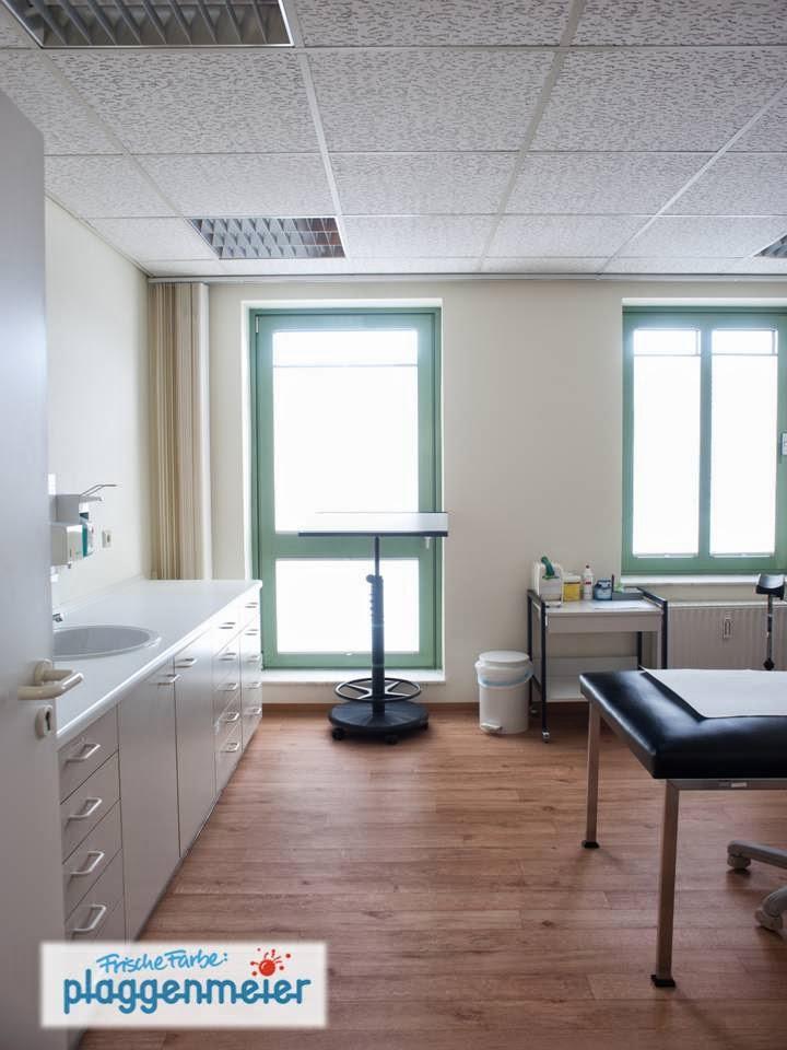 Behandlungszimmer hell und angenehm - Praxisrenovierung mit frischer Farbe von Plaggenmeier