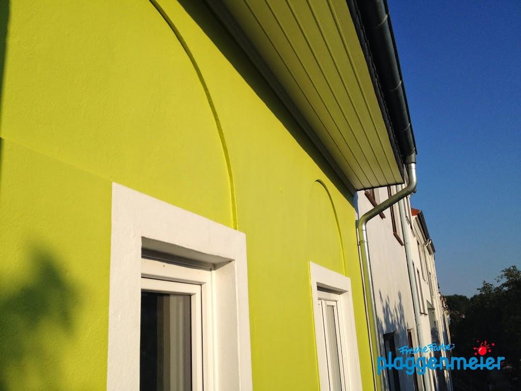 Haus mit Geschichte vom Malermeister frisch behandelt - jetzt hält es lange Jahre.