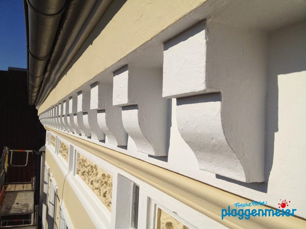Curry und weiss ist eine tolle Farbkombination für Fassaden - wenn der Maler-Fachmann einen Plan hat!