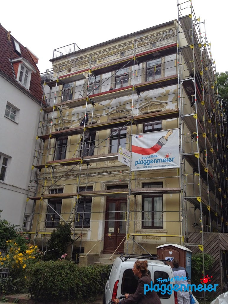 Ausgebildete Fachleute im Bremer Malereibetrieb bei der Arbeit an einer Fassadensanierung - so muss es sein.