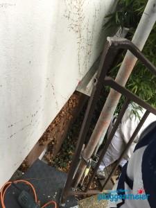 Hier wird gerade damit begonnen die Geländer der Dämmfassade zu entkoppeln.
