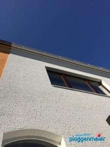 Weiße Fassadenstruktur vor blauem Himmel - So muss Fassade heute vom Maler Bremen