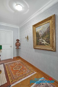 Passt perfekt in die klassische Wohnung: Wand- und Deckengestaltung exzellent lackiert und super tapeziert!