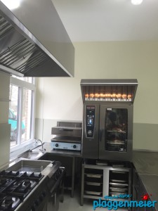 Küchensanierung fertig: nach unseren Maler- und Bodenbeschichtungsarbeiten kann es endlich wieder losgehen für den Koch!