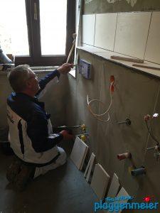 Unser Maurer bei der Arbeit - das Bad muss komplett neu gemacht werden, aber bitte richtig - Malerbetrieb aus Bremen