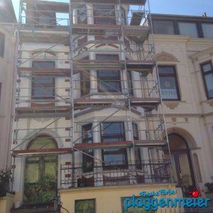 Bei einer vorherigen Sanierung der Gründerzeit Fassade wurde die Ziegeloptik in den Fensterkronen überstrichen - wir haben sie wieder hergestellt.