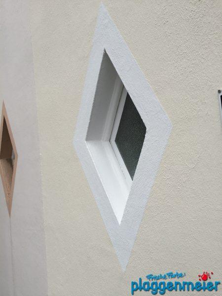 Hausanstrich mit abgesetzten Fenstern. Dezent und elegant von uns gestaltet.