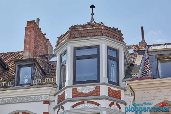 Wer möchte nicht in diesem Zimmer mit Turm wohnen? Nach unserer Sanierung erstrahlt die Gründerzeit Fassade in altem Glanz!
