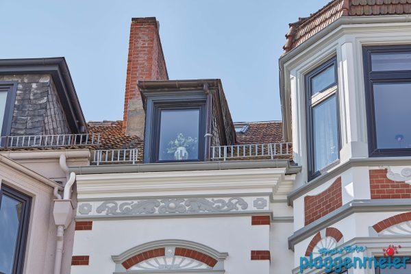 Farbliche Absetzungen, dezent aber deutlich in Grau und Weiß an dieser Gründerzeit Fassade