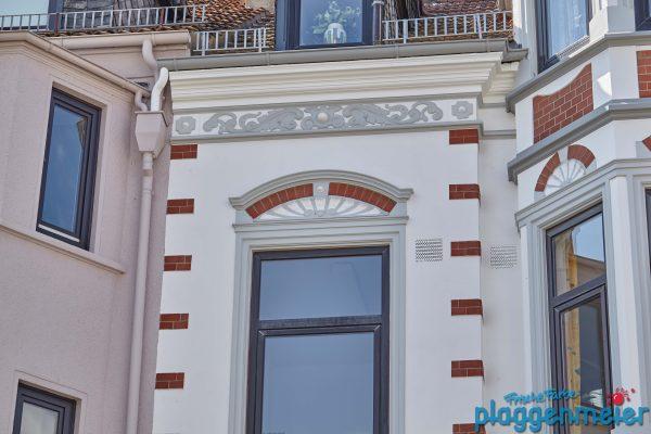 Tolle Fensterkrone an einer Bremer Gründerzeitfassade, aufbereitet vom Profimaler.