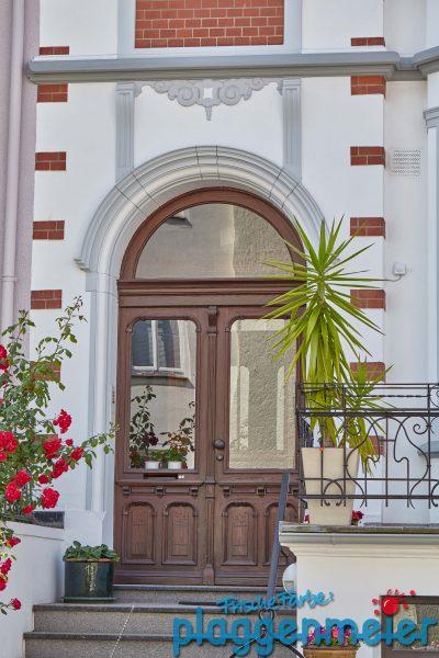 Zur Gründerzeit Fassade gehört auch immer die passende Tür. Die darf bei einer Fassadensanierung natürlich nicht fehlen!