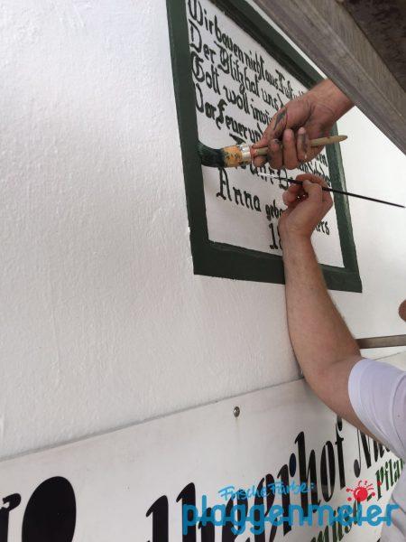 Gleich ist´s fertig: Fassaden Emblem für Familie Osmers am Erdbeerhof Nüstedt