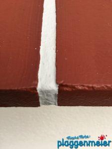 Auch aus der Nähe gut gelungen: die Ziegeloptik auf den Fensterbänken dieser Achimer Schmuckfassade - Malereibetrieb Plaggenmeier