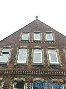 Rückfront des historischen Bauernhauses in Verden, an dem wir eine Schabloniertechnik durchgeführt haben.
