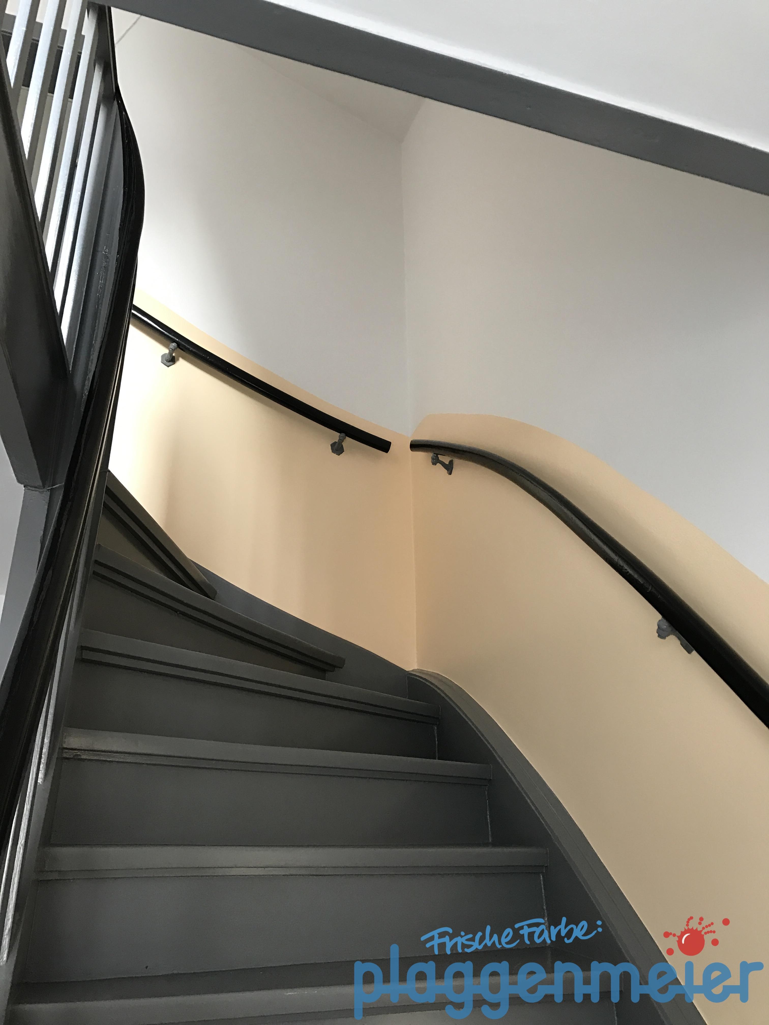 Renovierung eines Treppenhauses abgeschlossen: Malerarbeiten und Lackierarbeiten fertig. Wir rücken ab.