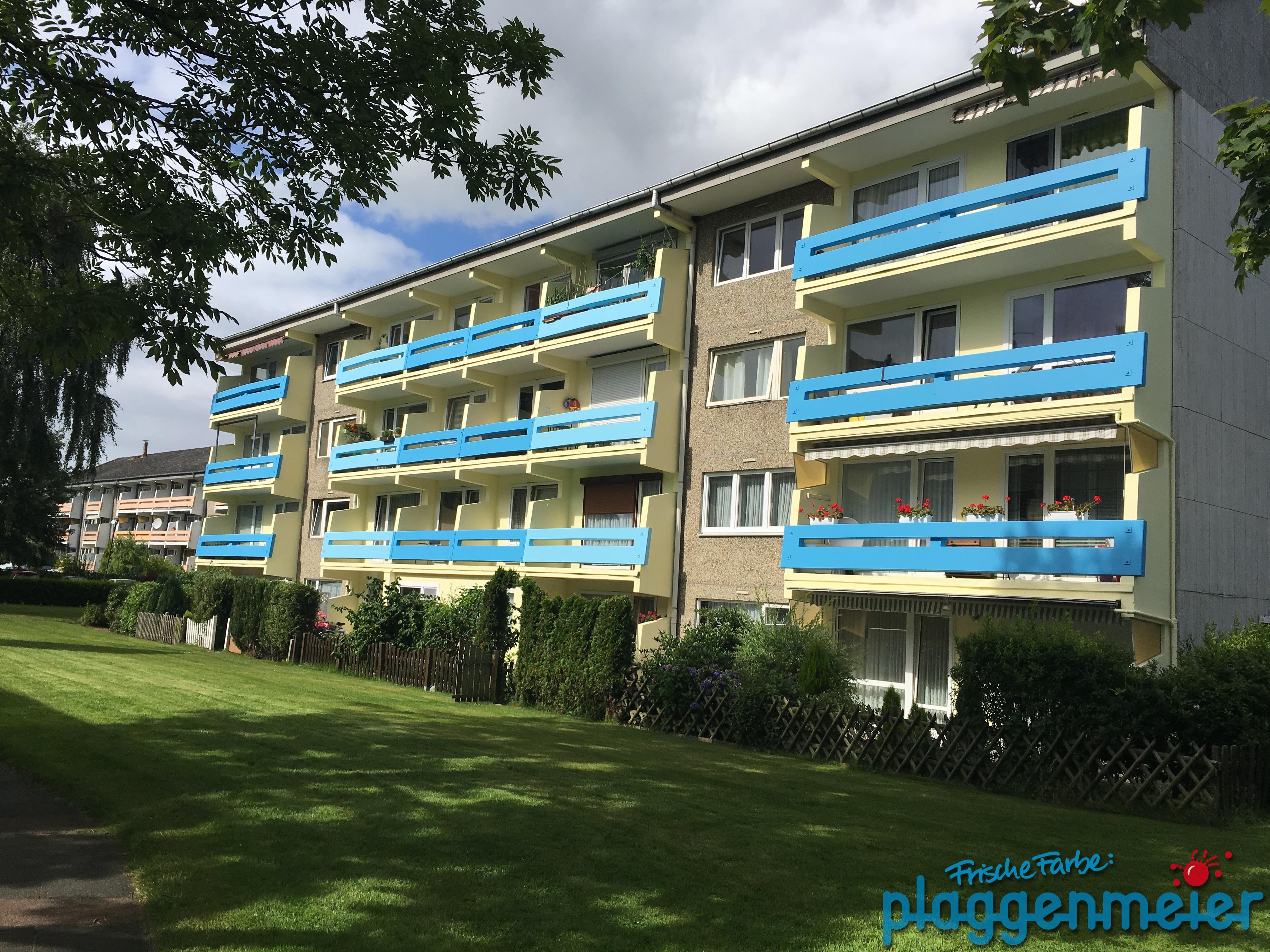 Fertig, Erster! So farbenfroh kann das Leben im Wohnblock aussehen, wenn die Malerarbeiten an der Fassade und die Betonsanierung an den Balkonen vom Wunschmaler aus dem Mein Maler Netzwerk ausgeführt wird.