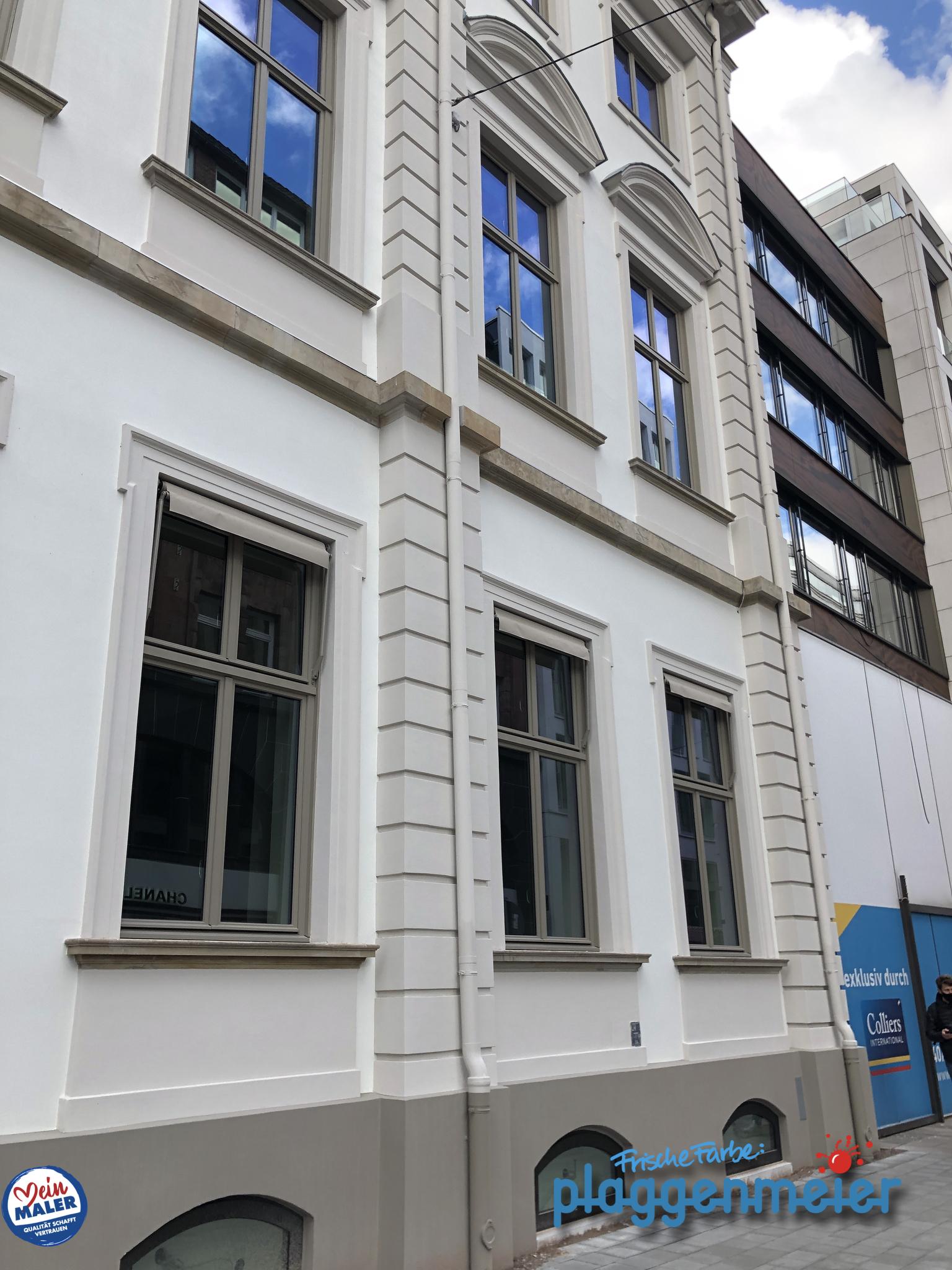 Denkmalgeschützte Fassaden müssen behutsam saniert werden. Maler aus Bremen am Görtz-Palais in Hamburg.