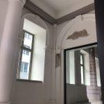 Mineralische Anstriche, Sandstein und Metall dominieren den Durchgang zum Görtz-Palais in Hamburg, hergerichtet vom Bremer Denkmalschutz-Maler
